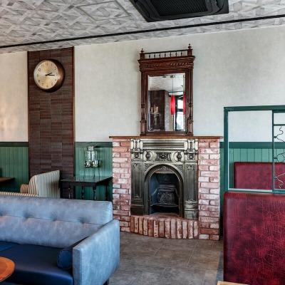 暖炉とソファーのある空間