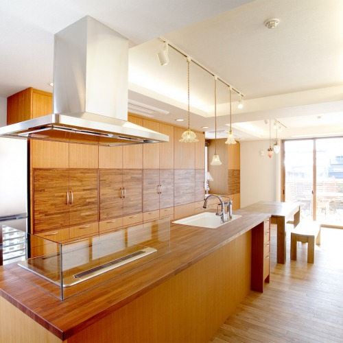 爽やかな朝日が入る明るいキッチン